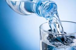 Минеральная вода для умывания при уходе за кожей лица