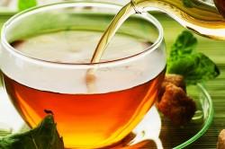 Настой из крепко заваренного чая при аллергии на солнце