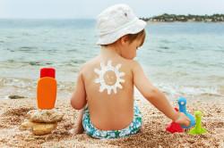Нанесение детского крема на кожу в качестве профлактики аллергии на солнце
