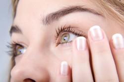 Раздражение глаз из-за токсичных химических веществ в косметике